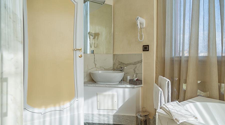 Suite_camera_doppia_bagno_lavandino_11